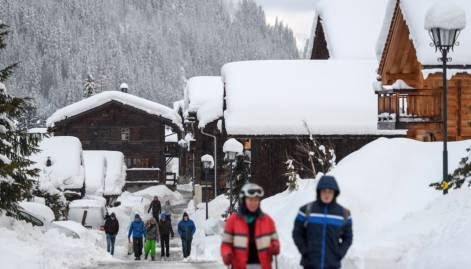 Snowfall strands 13k tourists in Swiss Alps