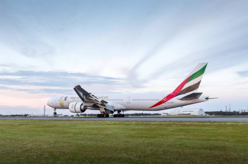 emirates-ek-430-a-boeing-777-300er-makes-landing-ahead-of-sunset-in-brisbane-australia