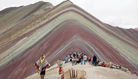 Tourists flock to Peru's Rainbow Mountain