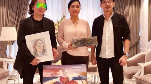 Dubai-based Filipino artist Tom Alvarado with celebrity fashion designer Michael Cinco.