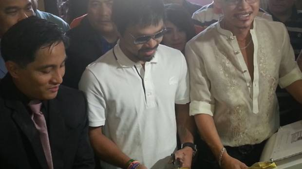 Dubai-based artist Tom Alvarado with boxing legend Manny Pacquiao and Philippine Consul General Paul