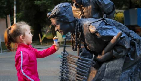 Living statues festival wows Romania's capital