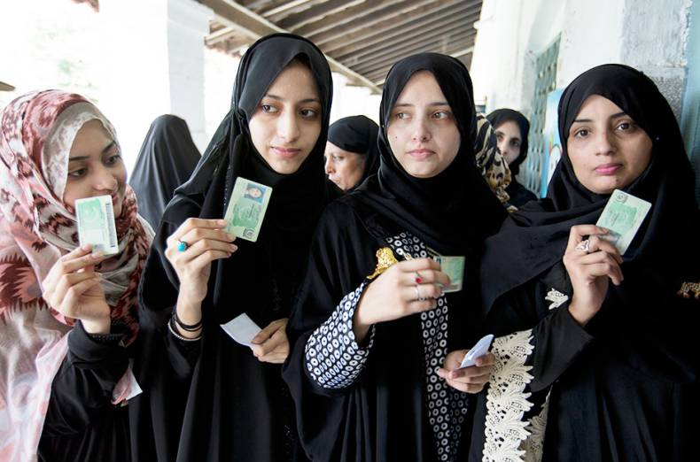 pakistani-women-voters-pose-with-their-identity-cards-waiting-to-cast-their-vote-in-rawalpindi