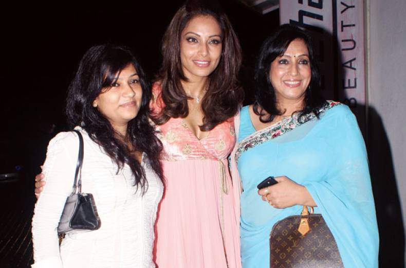 bipasha-basu-and-mother
