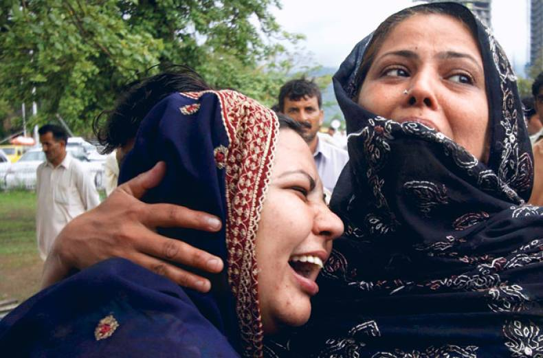 relatives-of-the-victims-of-an-airblue-passenger-plane-which-crashed-outside-islamabad-mourn