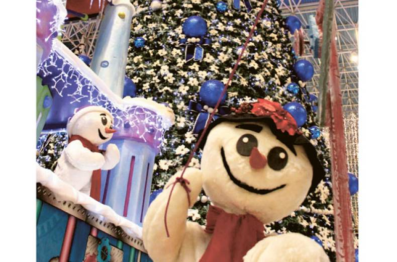 amogh-seth-was-awed-by-the-glittering-christmas-decoration-at-wafi-mall-in-dubai