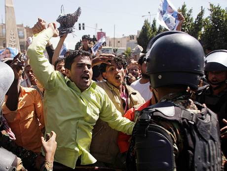 Anti-riot policemen block government supporters in Yemen