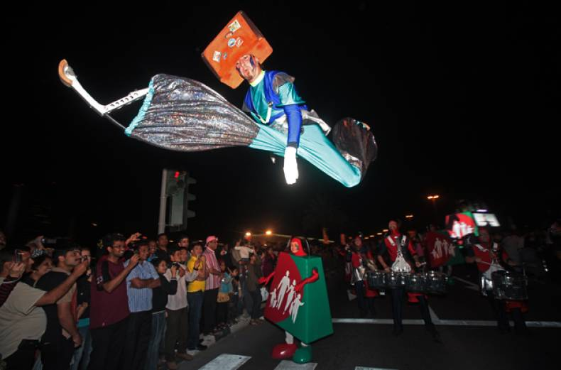 performers-entertain-revelers-at-the-al-seef-area