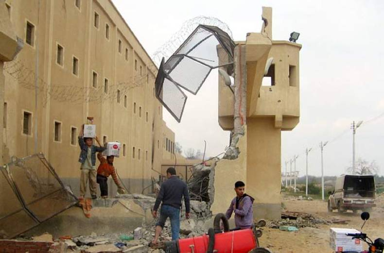 looters-stand-outside-abu-zaabel-prison-in-the-egyptian-capital-cairo