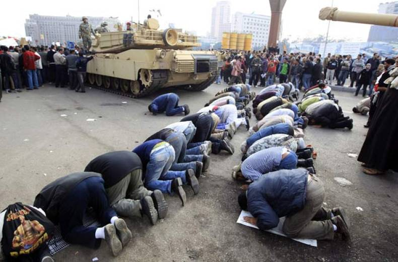 protesters-pray-near-egyptian-army-tanks-in-cairo