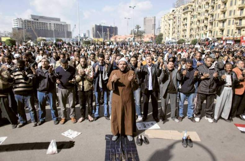 people-pray-at-tahrir-square-in-cairo