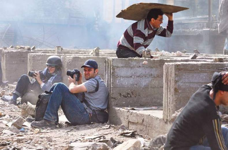 photographers-take-cover-in-downtown-cairo
