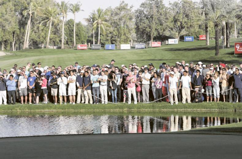 crowd-watching-the-golfers-in-action