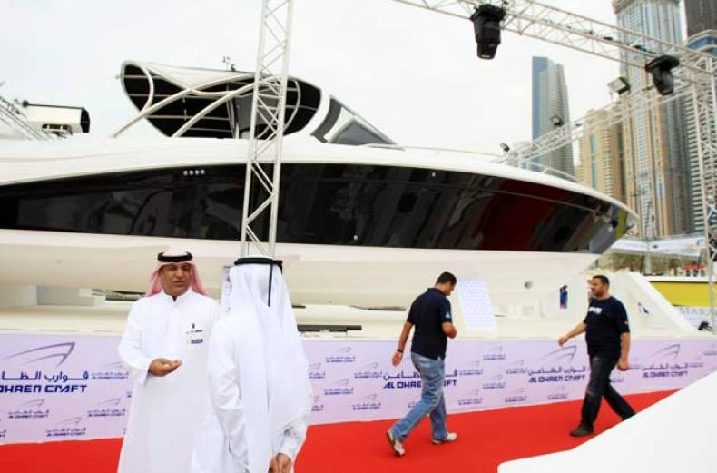 visitors-at-teh-al-dhaen-craft-stand-at-the-boat-show