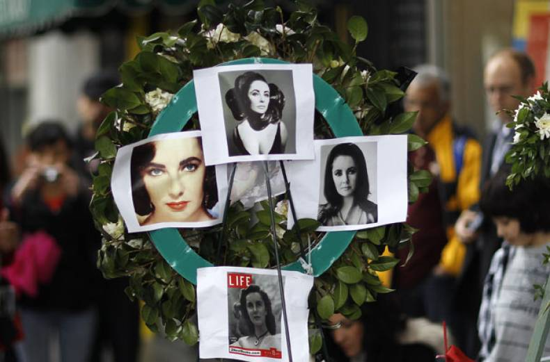 liz-taylor-fans-at-hollywood-walk-of-fame