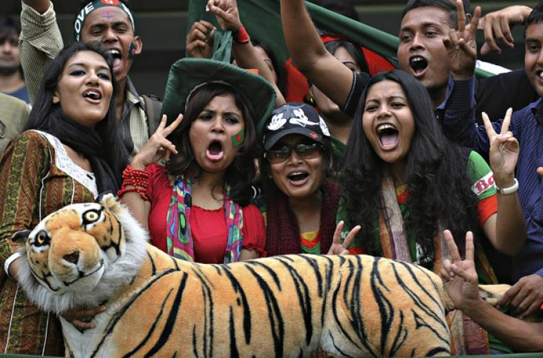 bangladeshi-cricket-fans-cheer-for-their-team