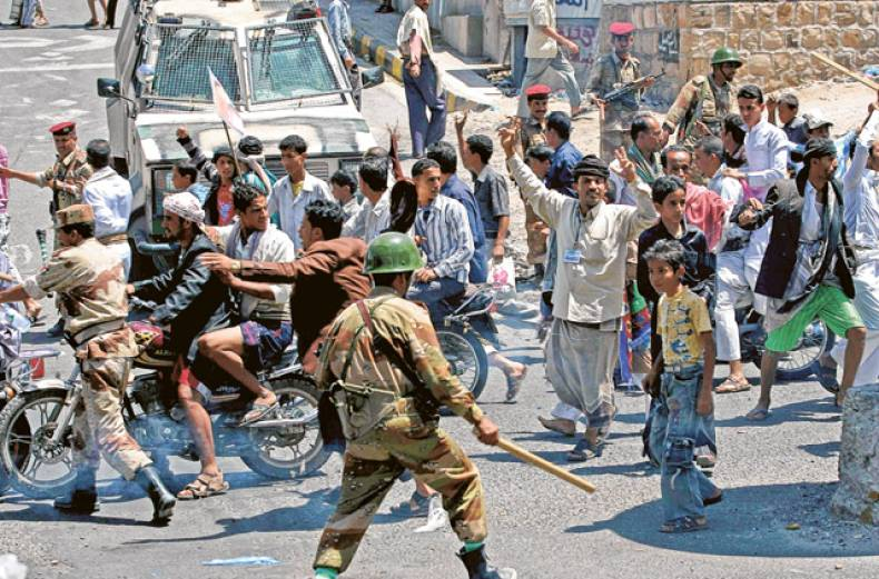 soldiers-scuffle-with-supporters-of-yemen-s-president-ali-abdullah-saleh-in-taiz