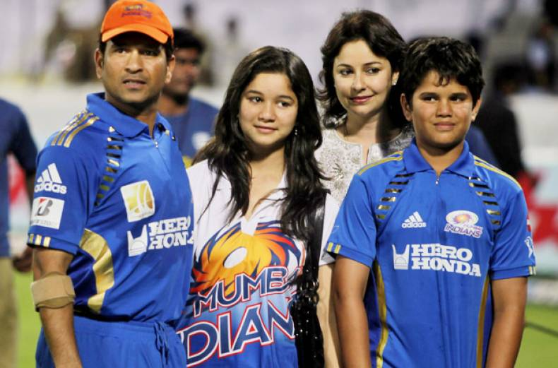 mumbai-indians-captain-sachin-tendulkar-left-poses-for-photographs-with-his-family