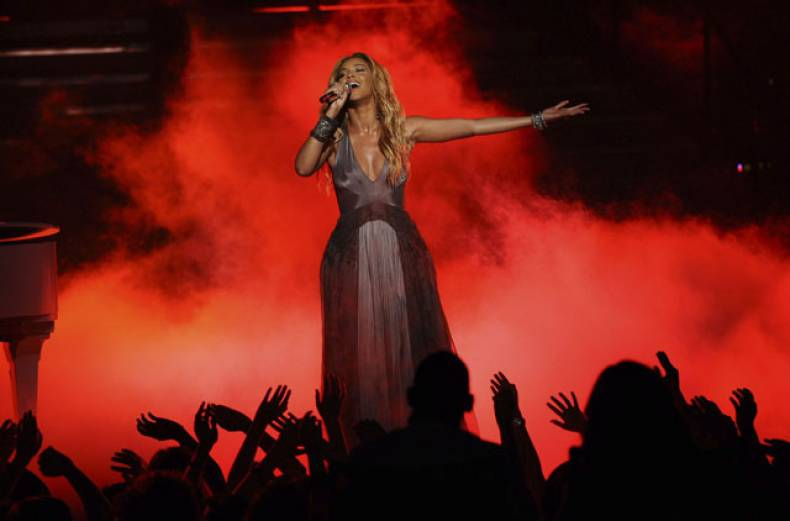 special-guest-beyonce-performs-during-the-season-10-american-idol-grand-finale