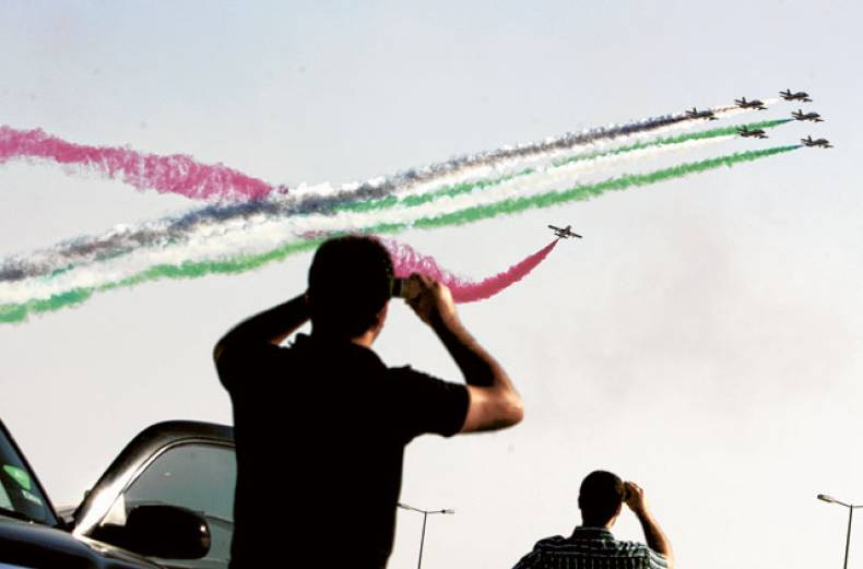 residents-watch-aerobatic-teams-rehearsing-ahead-of-the-dubai-airshow-on-saturday