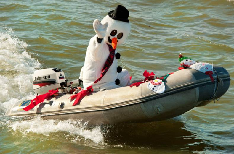 frosty-the-snowman-pilots-his-dinghy-down-potomac-river