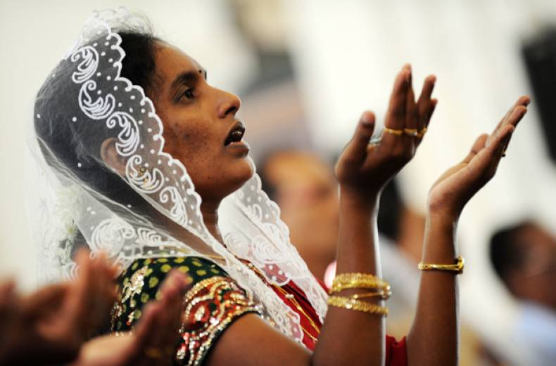 a-sri-lankan-offers-prayers-during-christmas-mass