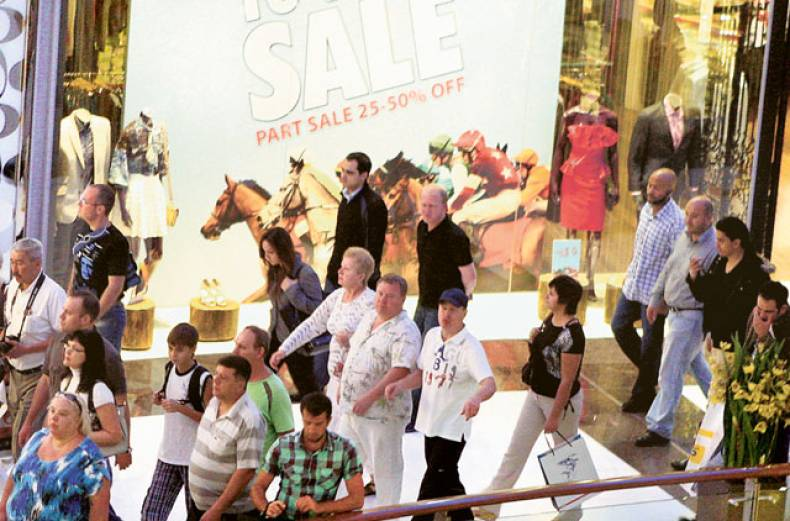 shoppers-taking-advantage-of-dsf-promotions-at-dubai-mall