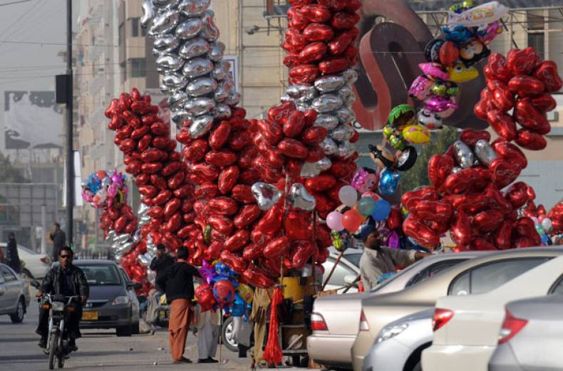 roadside-vendors-sell-heart-shaped-balloons-on-a-street-in-karachi-on-the-eve-of-valentine-s-day