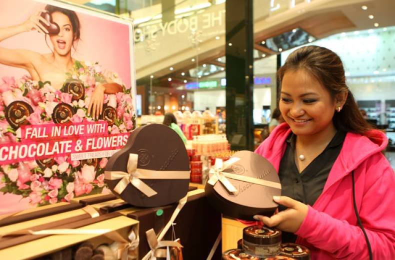 a-coustomer-checks-out-the-valentine-s-day-gift-items-at-the-bodyshop-dubai