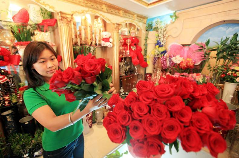 a-salesgirl-stocks-roses-at-her-shop-in-jumeirah-dubai