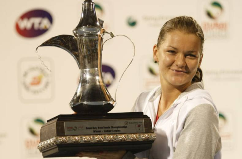 agnieszka-radwanska-with-the-trophy-at-the-dubai-tennis-stadium